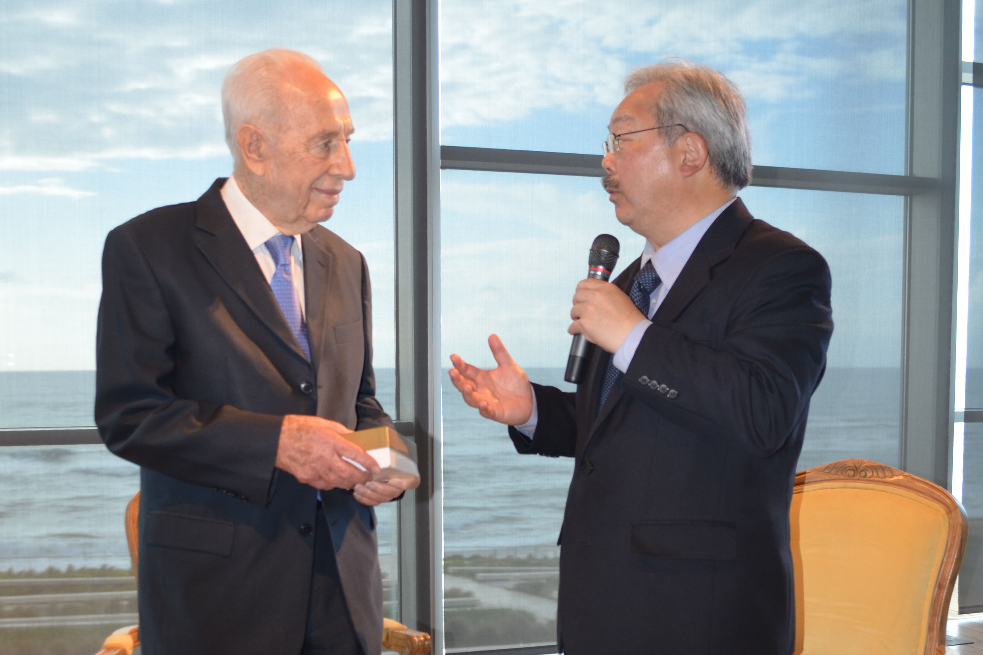 Peres and Lee talking