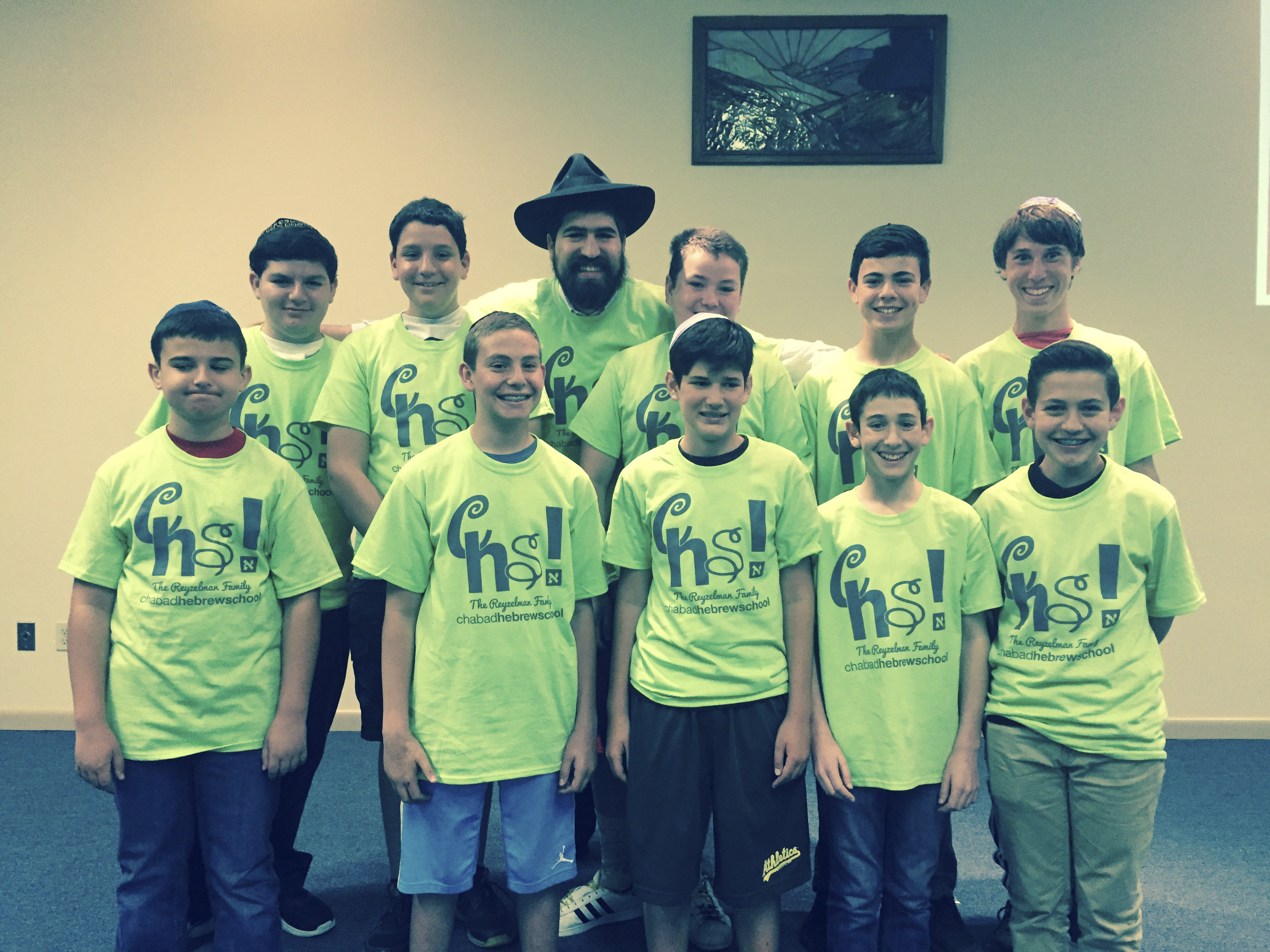 Rabbi Raleigh Resnick of Tri-Valley Chabad poses with Hebrew school students. (Photo/Courtesy Tri-Valley Chabad)