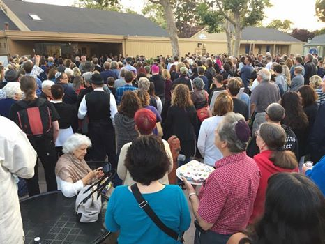 Hundreds showed up at solidarity vigil outside Temple Israel in Alameda on Aug. 18. (Facebook)