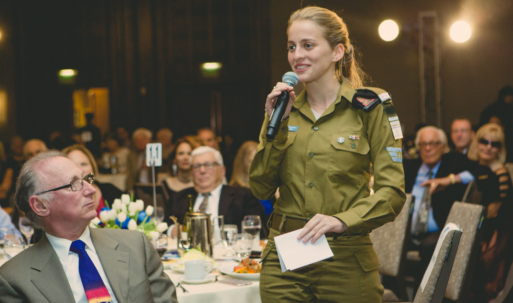 Shira Goetell, IDF paramedic, speaking at the FIDF dinner in S.F. about  helping wounded Syrians on the Golan border. (Photo/Courtesy FIDF)
