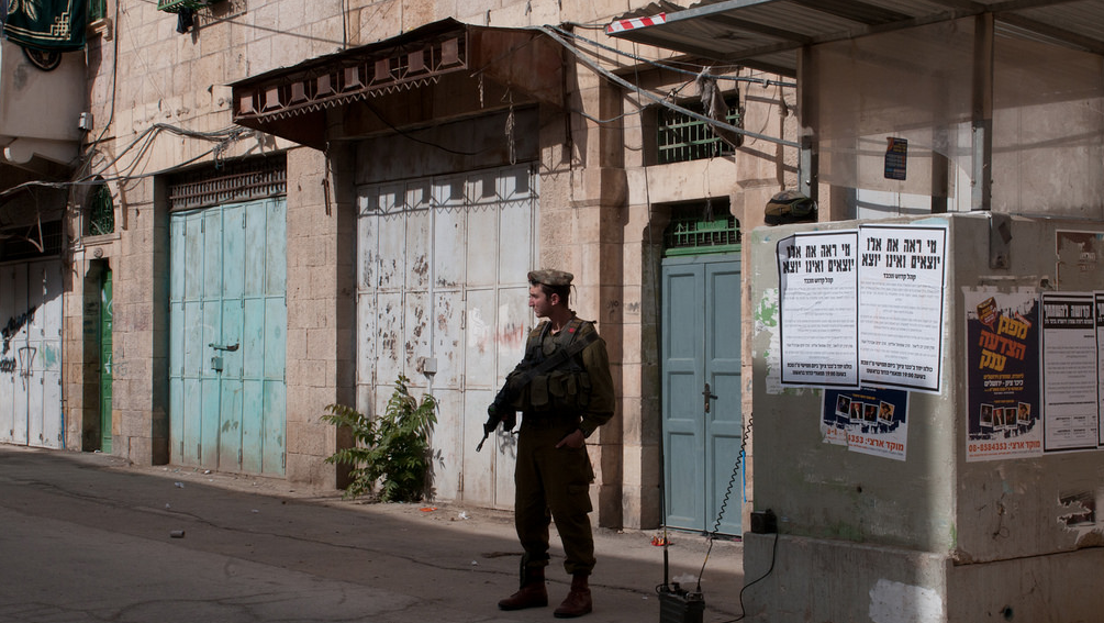 An Israeli soldier stands guard in the West Bank town of Hebron, which is starkly divided between Jewish settlers and Palestinian residents. (Photo/Flickr-pal_pics CC BY-NC-ND 2.0)