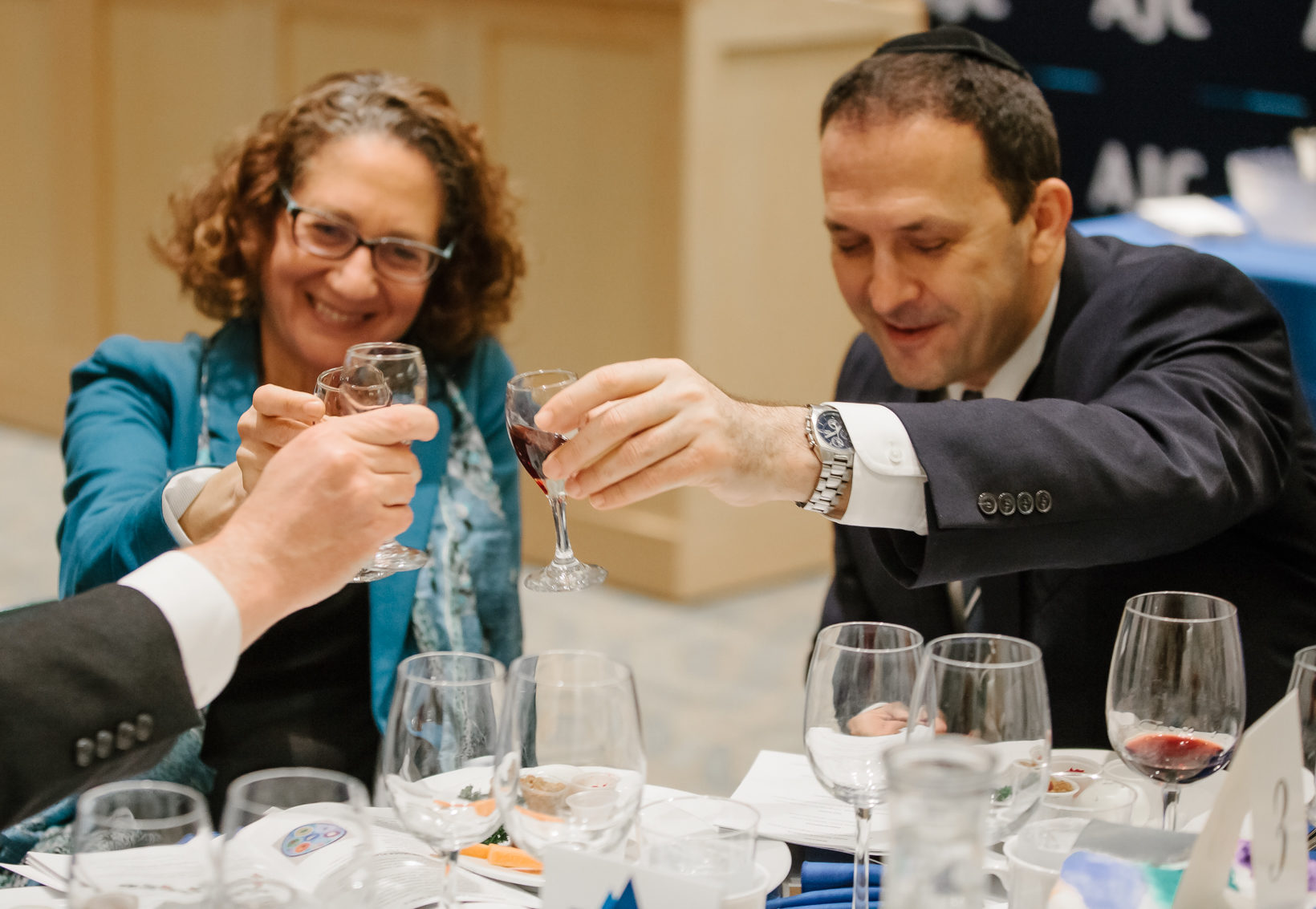 Rabbi Serena Eisenberg and Israeli Consul General Shlomi Kofman at the AJC Diplomats Seder at Congregation Sherith Israel in San Francisco, March 22, 2018 (Photo/AJC-Mariah Tiffany)