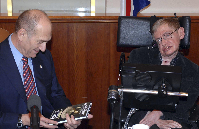 Stephen Hawking meeting with Israeli Prime Minister Ehud Olmert in Jerusalem, Dec. 10, 2006. (Photo/Moshe Milner-GPO via Getty Images)