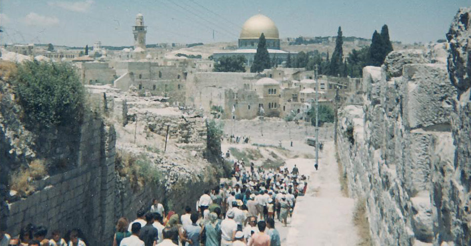 In the aftermath of the Six-Day War, a huge crowd streamed toward the Western Wall. (Courtesy/Linda Kurtz)