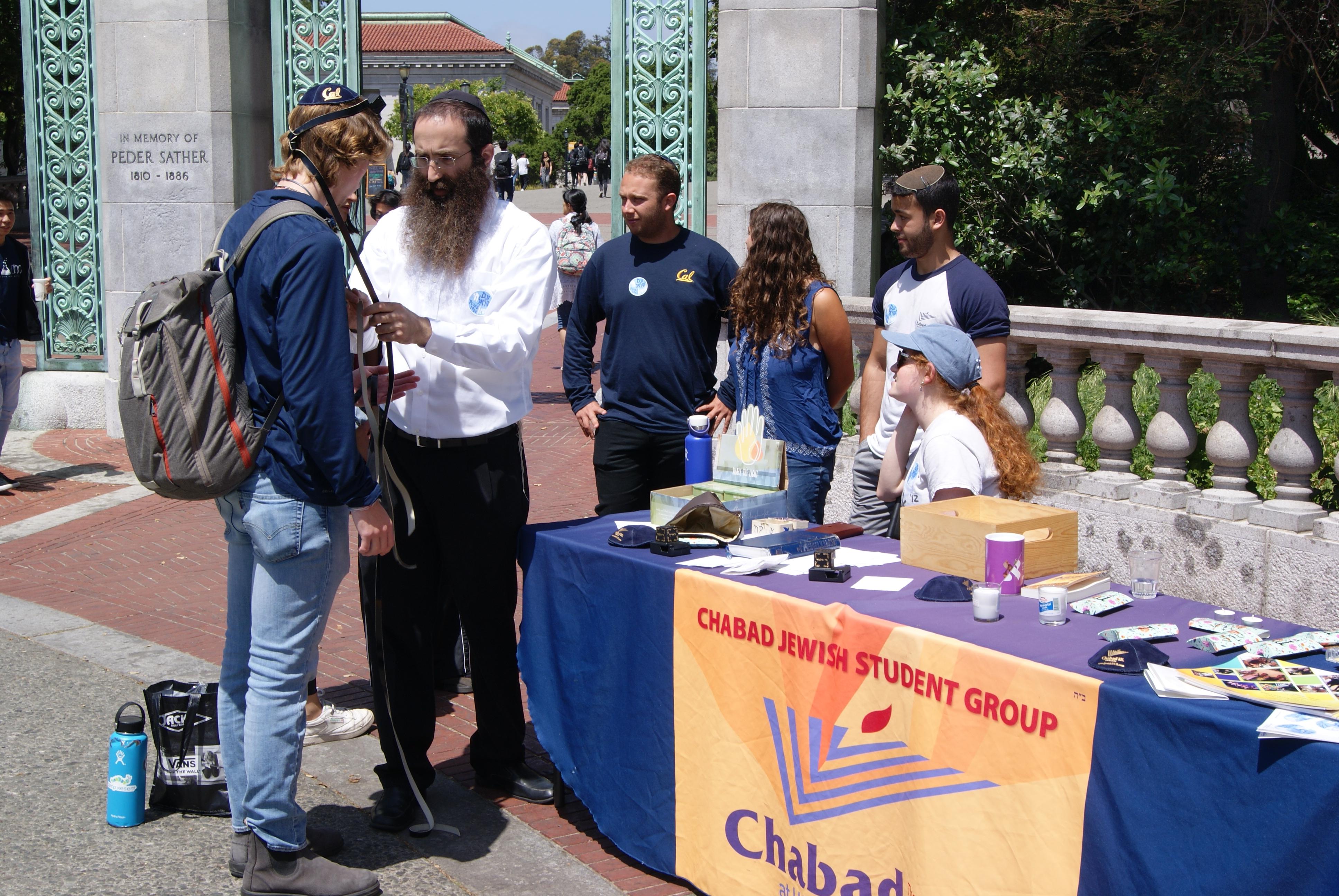 Rabbi Gil Leeds and UC Berkeley students do mitzvot to honor Poway shooting victim.