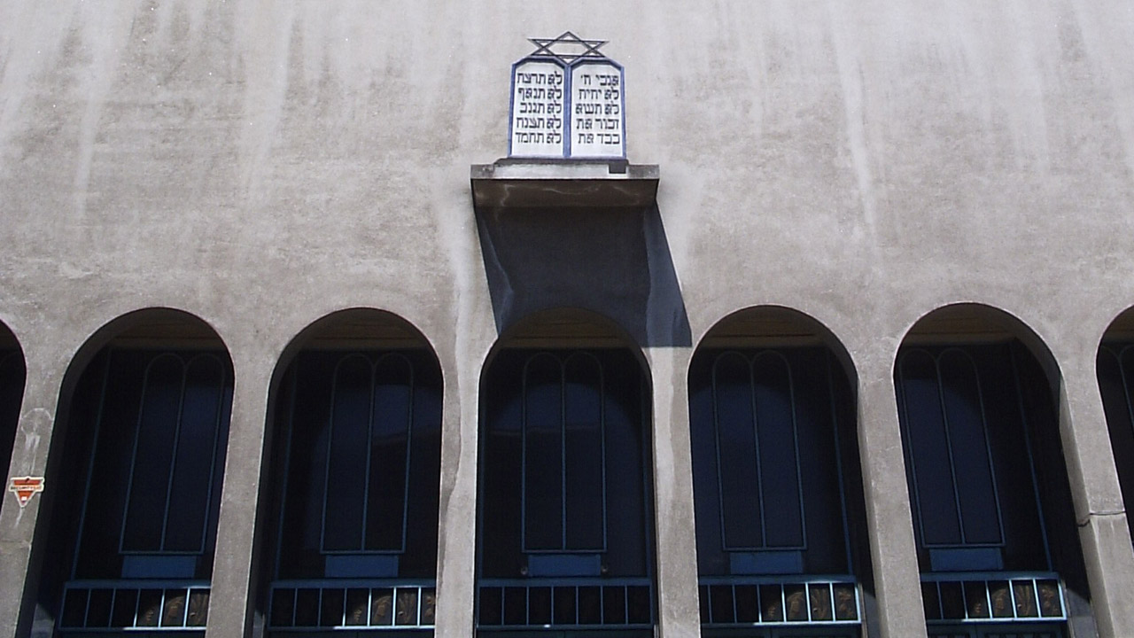 The imposing facade of a synagogue on Santiago, Chile (Photo/Wikimedia-Ignacio Falcon CC BY 1.0)