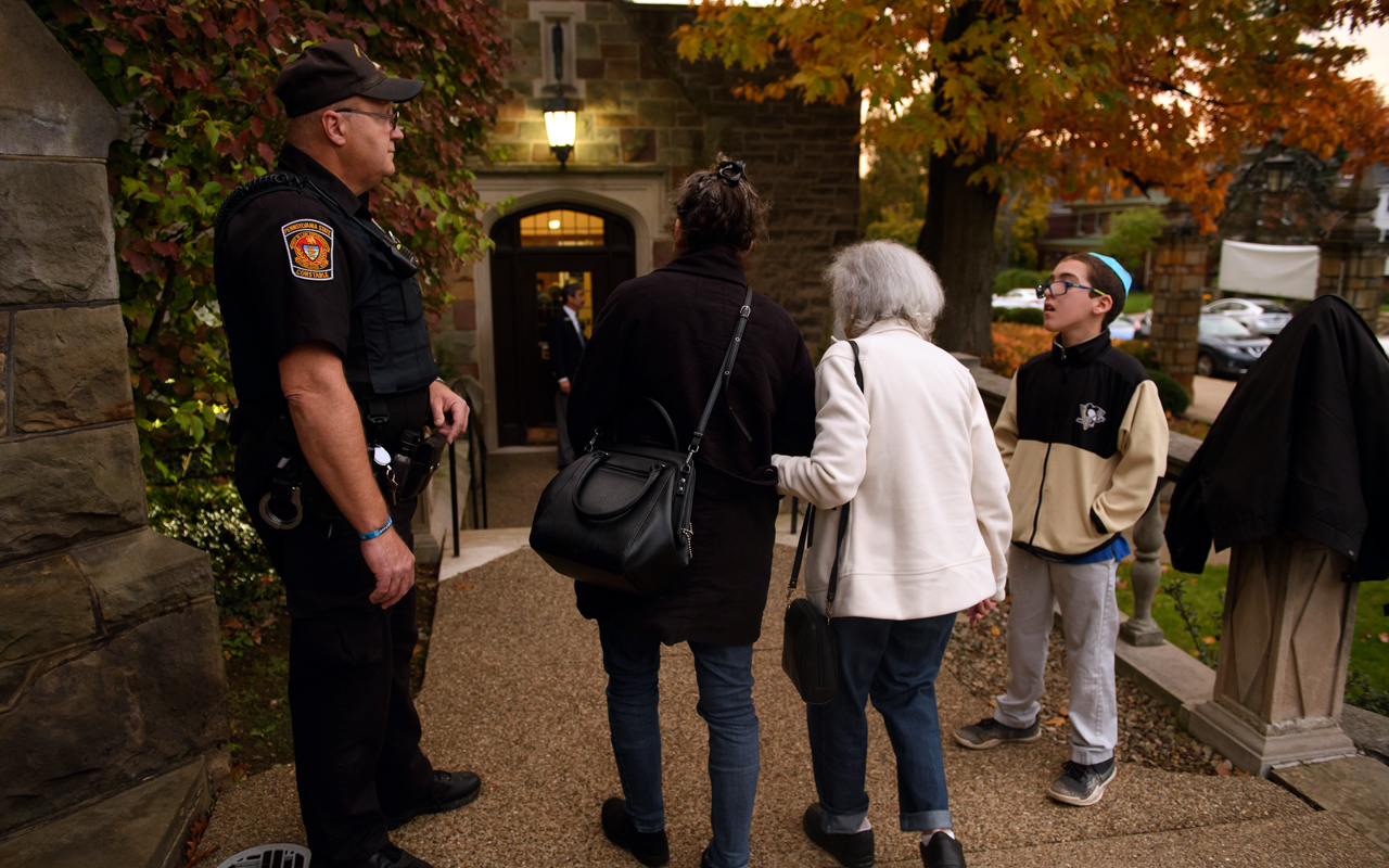 A police officer stands guard outside Temple Sinai, a synagogue just a half-mile away from the Tree of Life in Pittsburgh, the site of a mass shooting on Oct. 27, 2018. (Photo/JTA-Jeff Swensen-Getty Images)