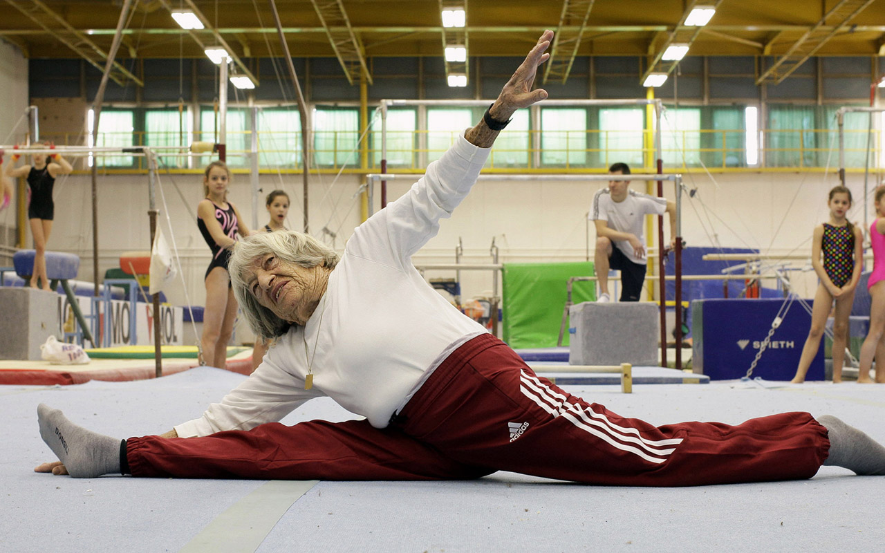 Agnes Keleti, in her mid-90s, performs a split in front of young Hungarian gymnasts in Budapest in 2016. (Photo/JTA-AFP-Getty Images-Peter Kohalmi)