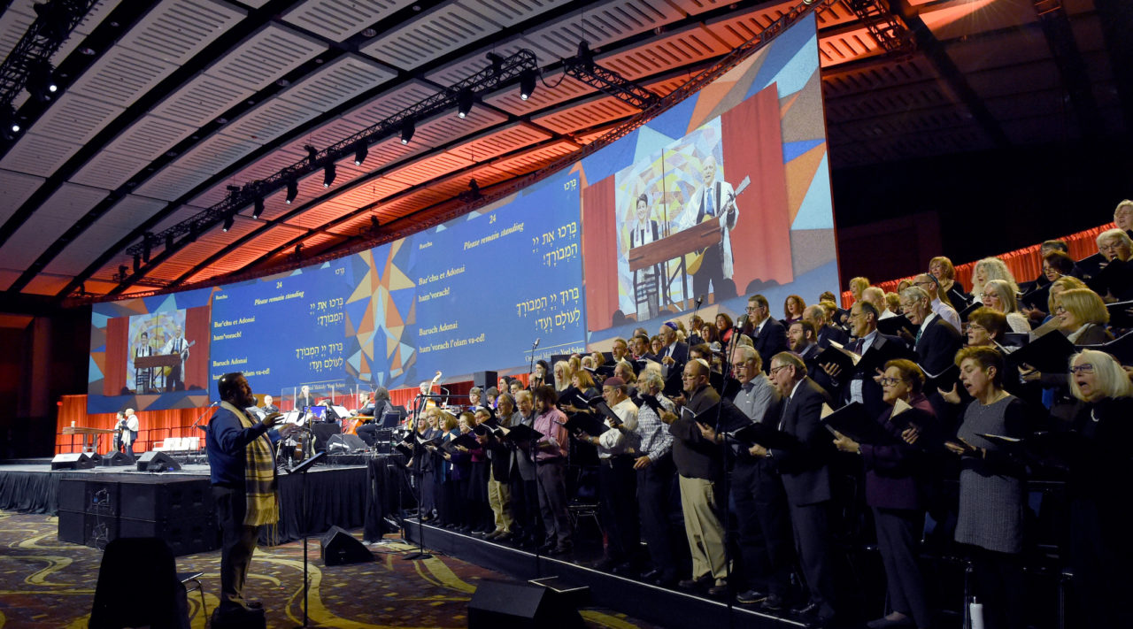 Friday night prayers at the Union for Reform Judaism Biennial featured a 78-person choir and screens projecting the words of the service, Dec. 13, 2019. (Rob Dicker/Union for Reform Judaism)