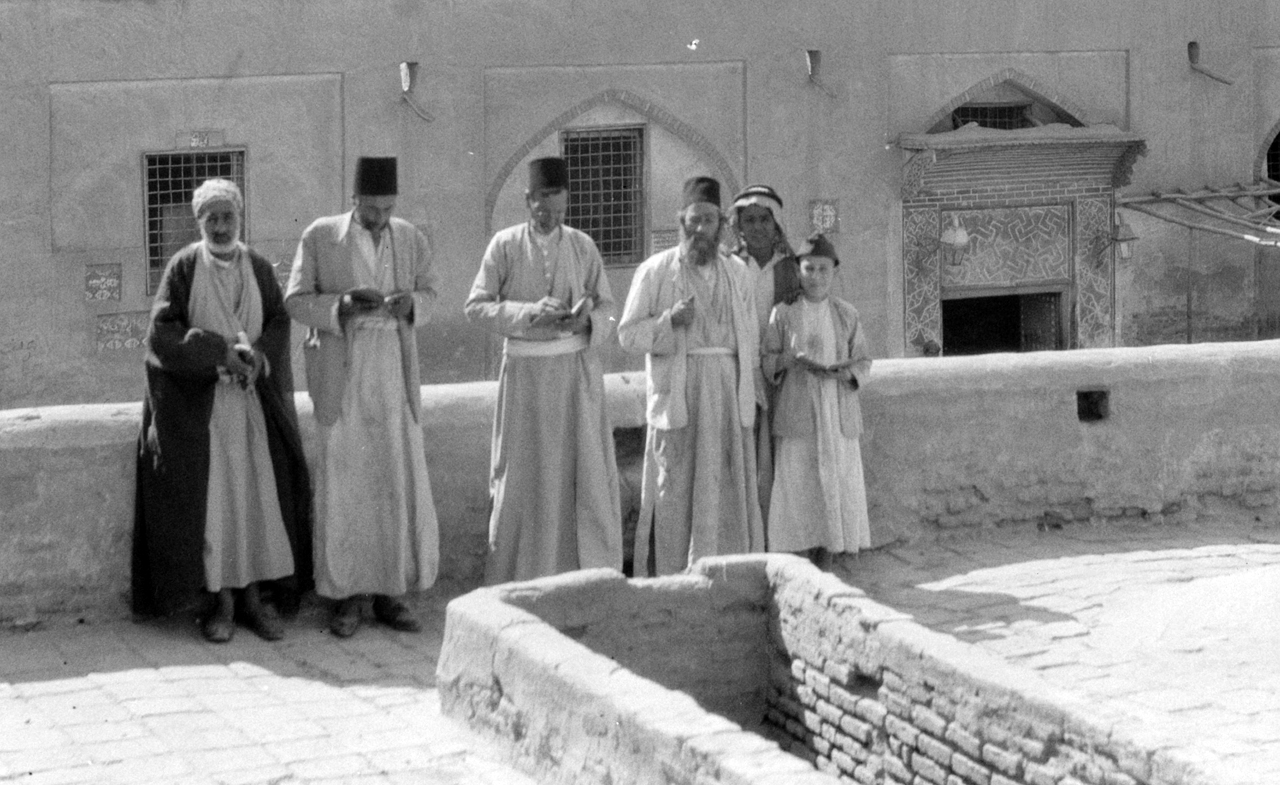 Iraqi Jews at the tomb of Ezekiel in Kifl, Iraq, in 1932. (Eric and Edith Matson Photograph Collection/Library of Congress)