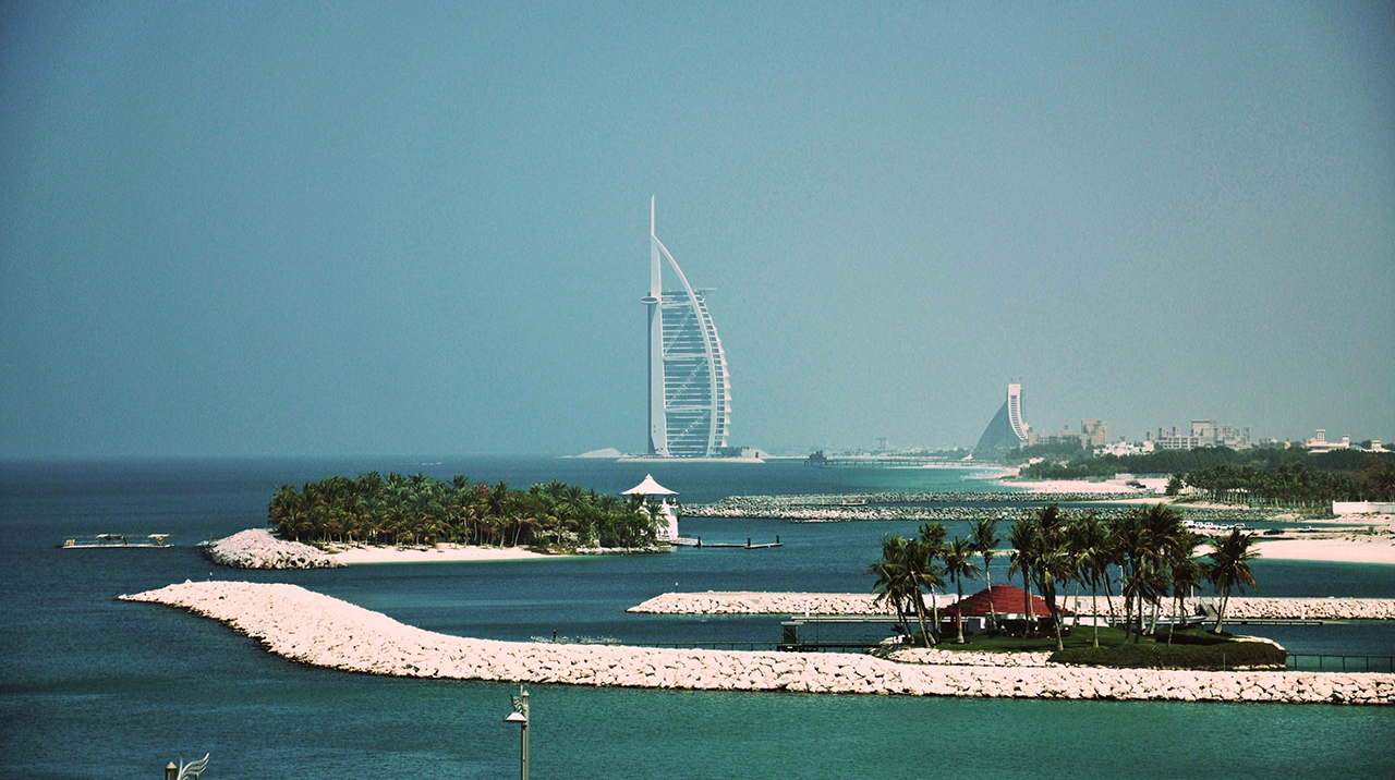 A view of the Burj al Arab tower in Dubai. (Photo/Wikimedia Commons-Alberto g rovi CC BY-SA 3.0)