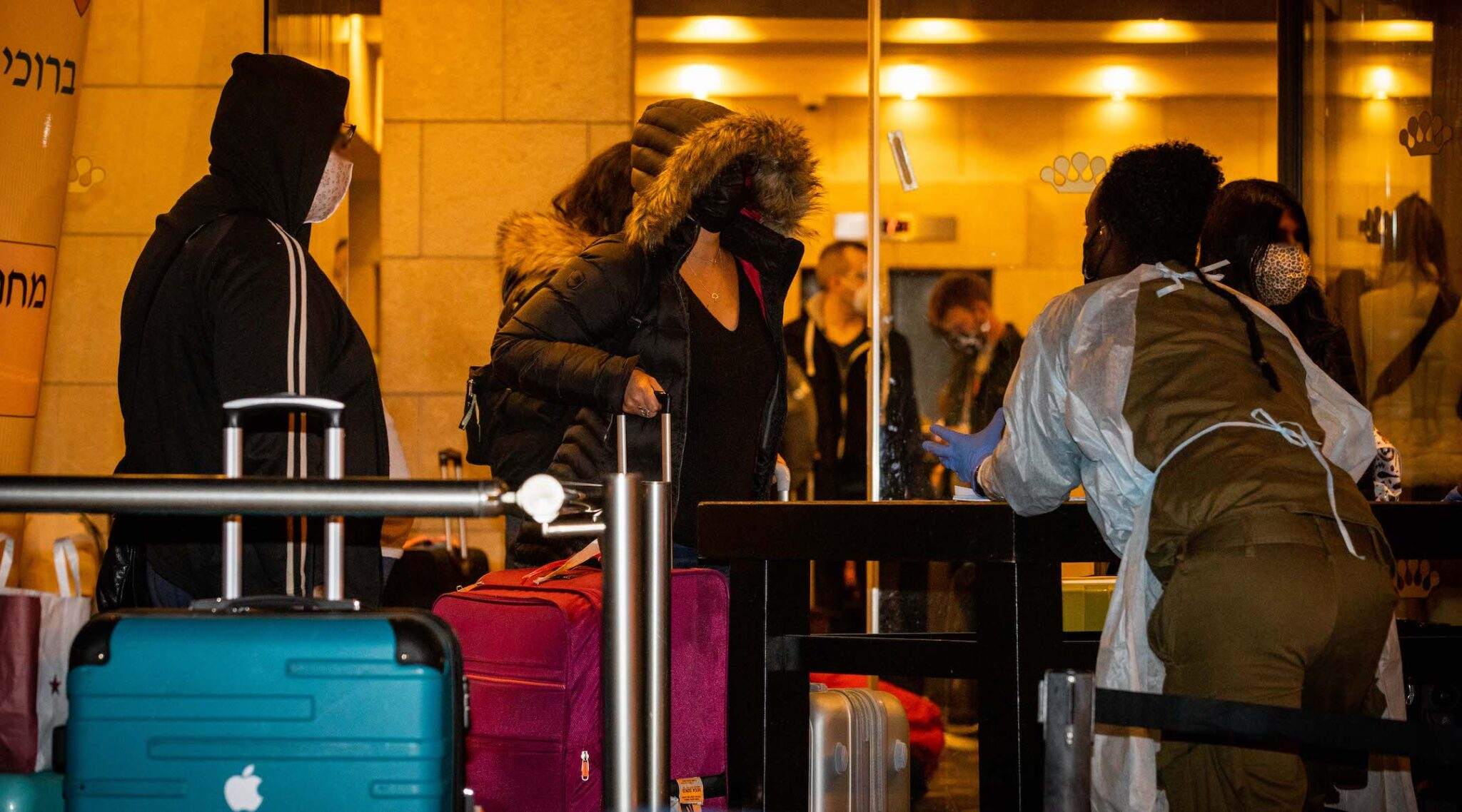 Israelis returning from England arrive at the Dan Panorama Hotel in Tel Aviv to quarantine, Dec. 20, 2020. (Photo/JTA-Yonatan Sindel-Flash90)