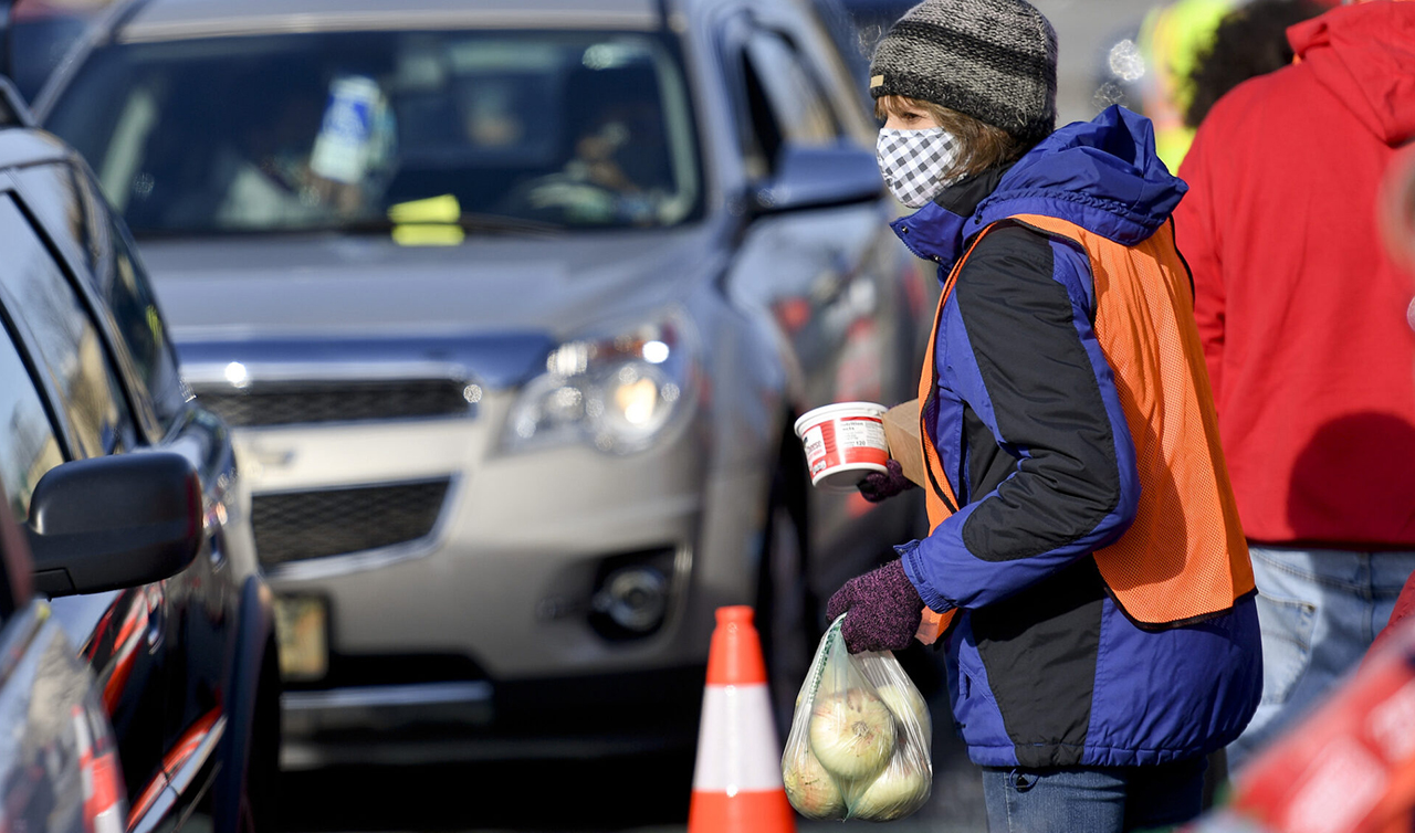 Volunteers distribute food as people drive through in cars in Reading, Pennsylvania, Dec. 15, 2020. (Photo/JTA-Ben Hasty-MediaNews Group-Reading Eagle via Getty Images)