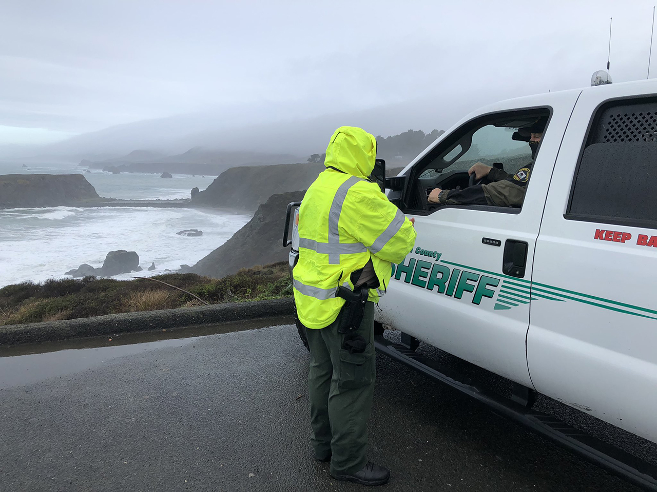 Sonoma County Sheriff personnel on Jan. 4 near Blind Beach, where Michael Wyman drowned trying to save his two children. (Photo/Twitter-San Mateo County Sheriff's Office)