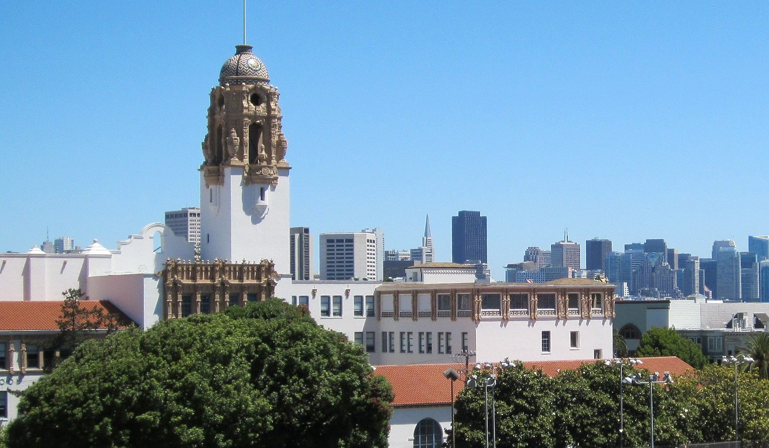 A view of Mission High School from Dolores Park. (Photo/Flickr-Don Barrett CC BY-NC-ND 2.0)