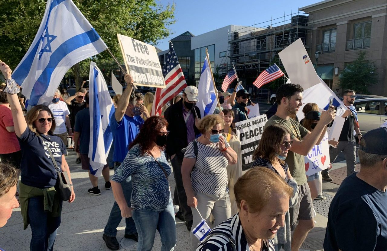 A pro-Israel rally near Walnut Creek's library on May 12. (Photo/PB)