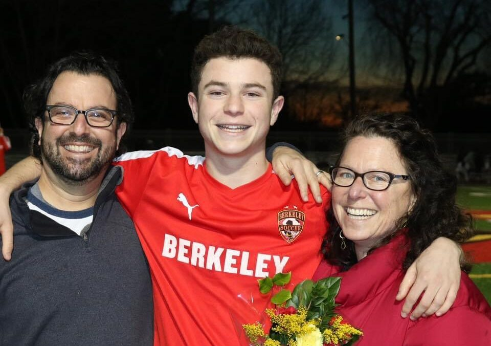 Eli Kane, flanked by his parents Scott and Nancy Kane (Photo/Facebook)