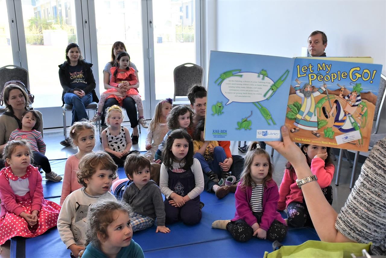 Students at the Yom Rishon School listen to the story of Passover. (Photo/Courtesy Yom Rishon)